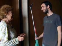 Mario aiuta Luisa nelle riparazioni domestiche